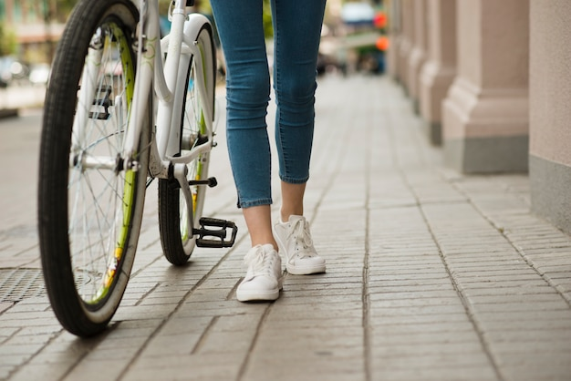 自転車の横に歩く底面図女性 無料写真