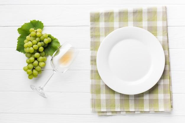 単純な白ワインのコンセプトテーブル 無料写真