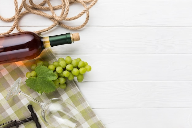 ワインと木製の白い背景 無料写真