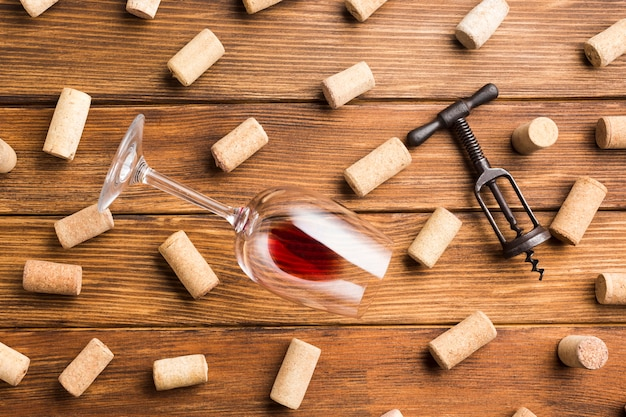 コルクの背景を持つワインアクセサリー 無料写真