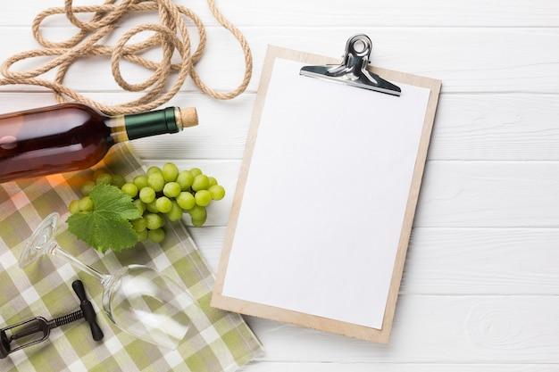 白ワインとクリップボードのモックアップ 無料写真