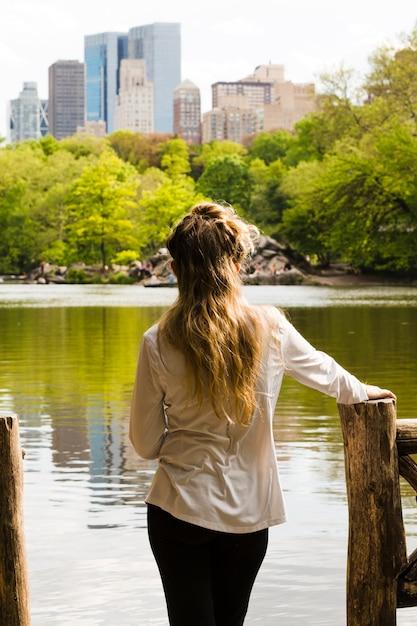 湖でリラックスした女性 無料写真