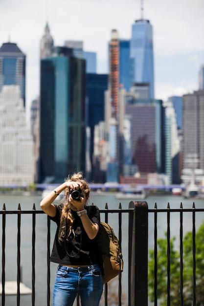 ぼやけた街背景を持つ若い女 無料写真