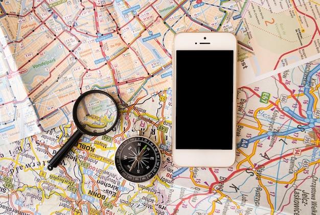 地図の背景を持つ旅行アクセサリー 無料写真