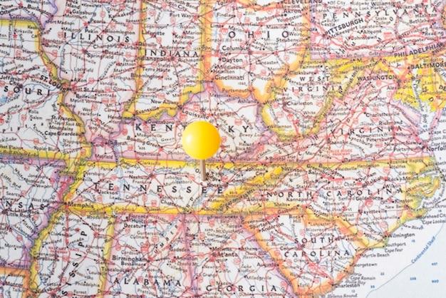 アメリカ合衆国の地図と黄色のピンポイント 無料写真