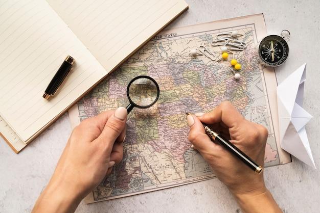 地図上で訪問する場所を選ぶ観光客 無料写真