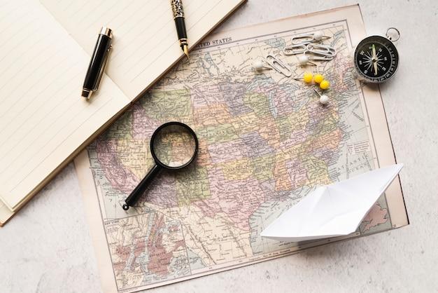 旅行マップとアクセサリーのモダンな配置 無料写真