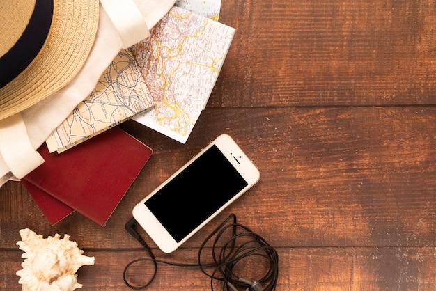 Мобильный телефон и карты путешествий Бесплатные Фотографии