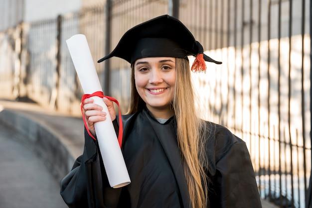 彼女の証明書を保持している大学卒業生 無料写真