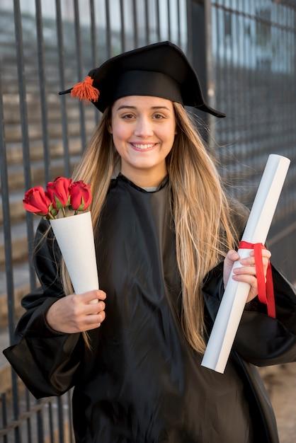 バラの花束と正面の卒業生 無料写真