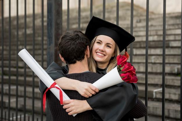 卒業で抱き締めるミディアムショットカップル 無料写真