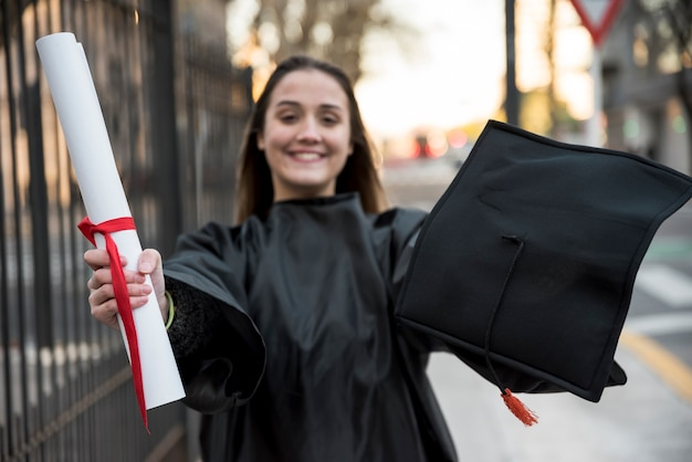 正面の若い女性が卒業 無料写真
