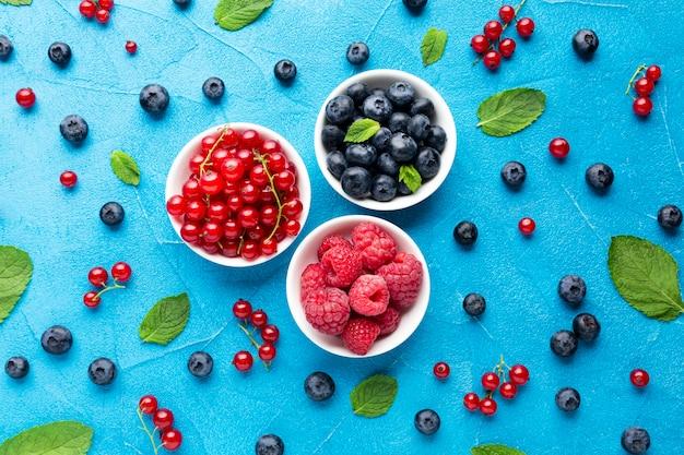 果実と葉のボウルのフラットレイ 無料写真