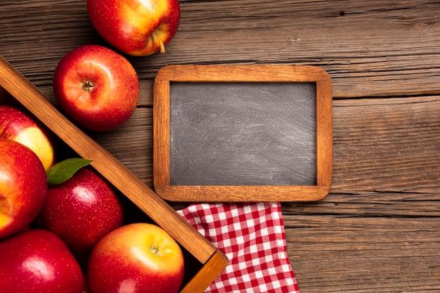 黒板と熟したリンゴとフラットレイクレート 無料写真