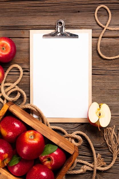 クリップボードと熟したリンゴとフラットレイクレート 無料写真