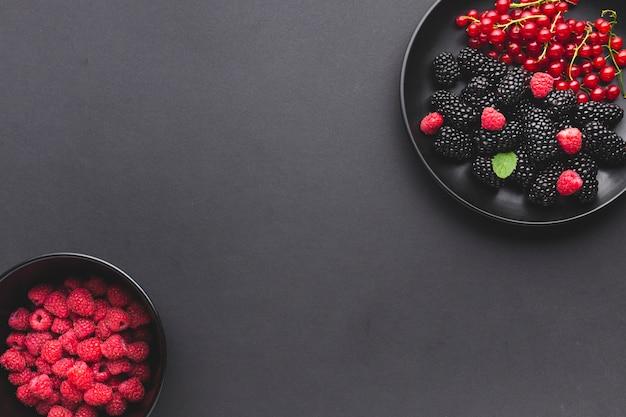 フラットレイプレートと新鮮な果実のボウル 無料写真