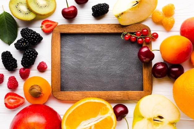 黒板と新鮮な果実や果物のフラットレイ 無料写真