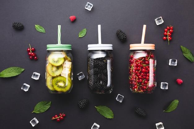 Плоско-каменные банки с ягодами и киви Бесплатные Фотографии