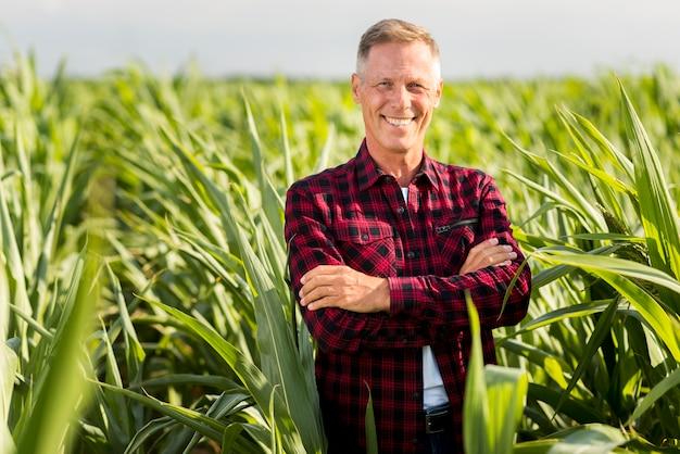 交差手を誇りに思っている農学者 無料写真