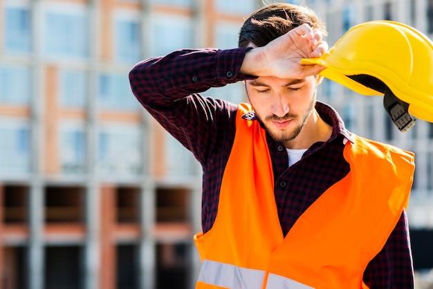 疲れている建設労働者のミディアムショットの肖像画 無料写真
