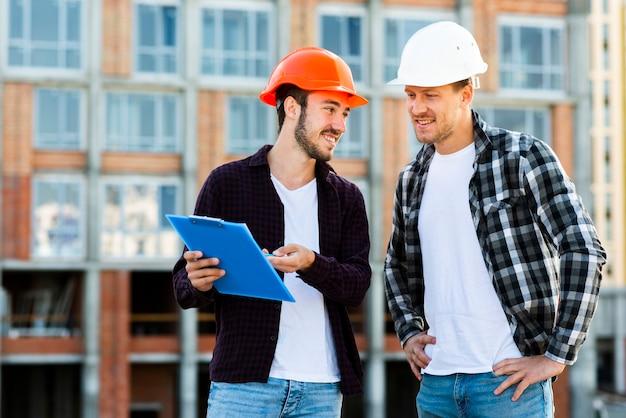 建築家およびエンジニアが工事を監督するミディアムショット 無料写真