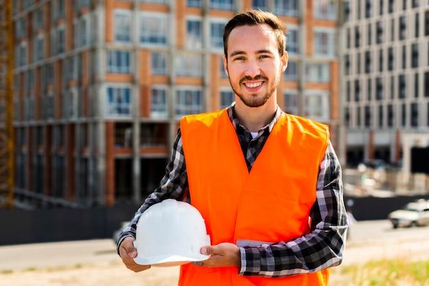 建設労働者の笑顔のミディアムショットの肖像画 無料写真