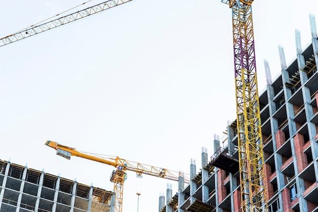 Взгляд низкого угла конца-вверх строящихся зданий Бесплатные Фотографии