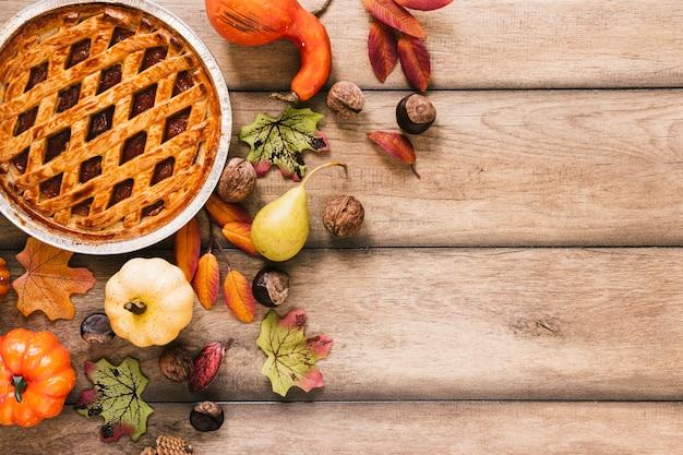 木製のテーブルの上から見た秋のアレンジメント 無料写真