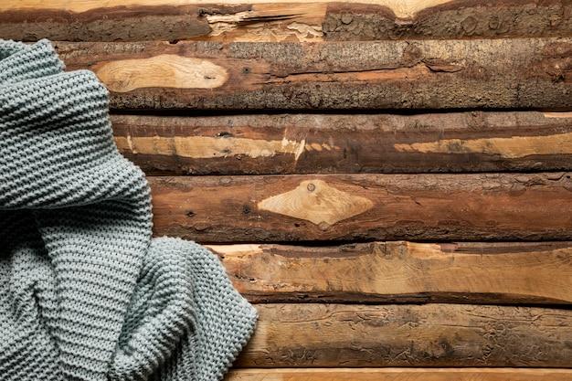 平らな木製の背景にかぎ針編みの毛布を置く 無料写真