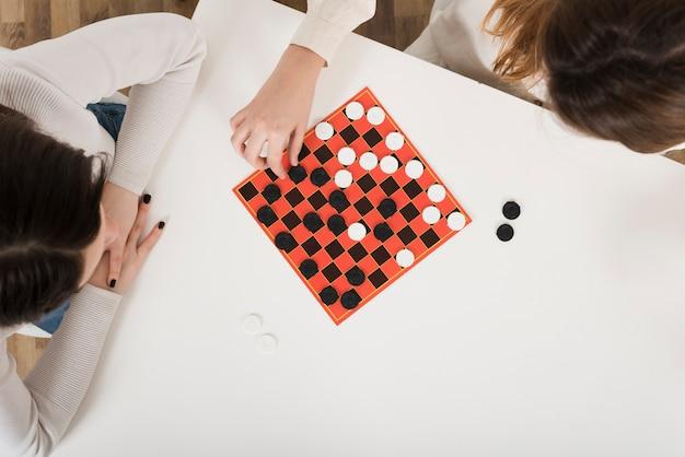 Вид сверху женщин, играющих в шашки Бесплатные Фотографии