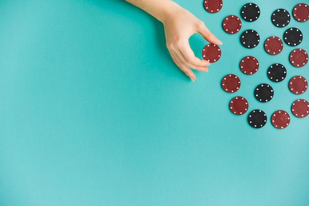 ポーカーチップを持っているトップビュー人 無料写真