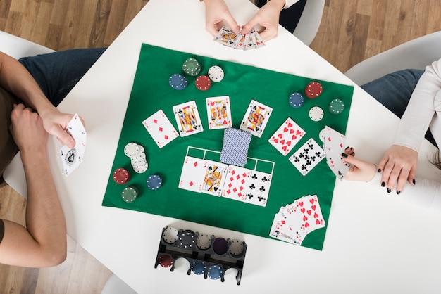 Вид сверху друзей, играющих в покер Бесплатные Фотографии