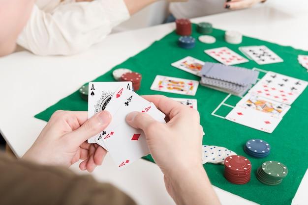 Крупный план человека, играющего в покер Бесплатные Фотографии