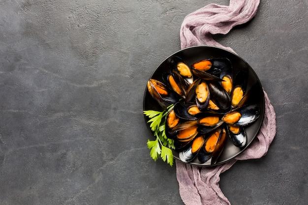 コピースペースを持つムール貝の平らなプレート 無料写真