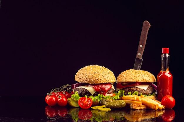 フライドポテトと正面ハンバーガー 無料写真