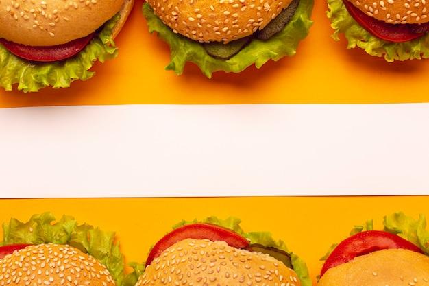 Вид сверху гамбургеры с белой полосой Бесплатные Фотографии
