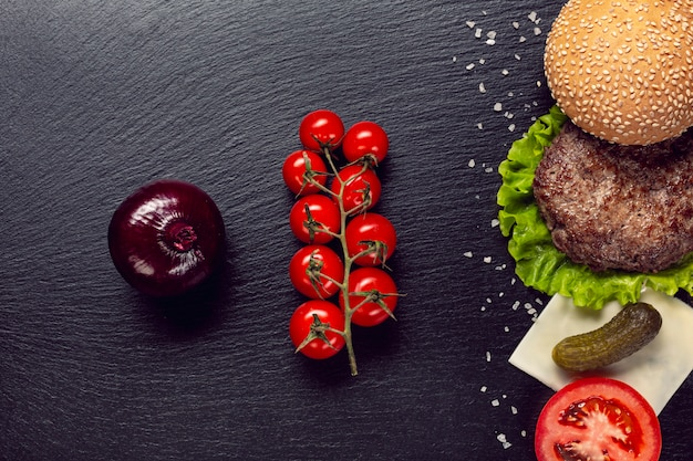 Плоские лежал ингредиенты бургер на фоне шифера Бесплатные Фотографии