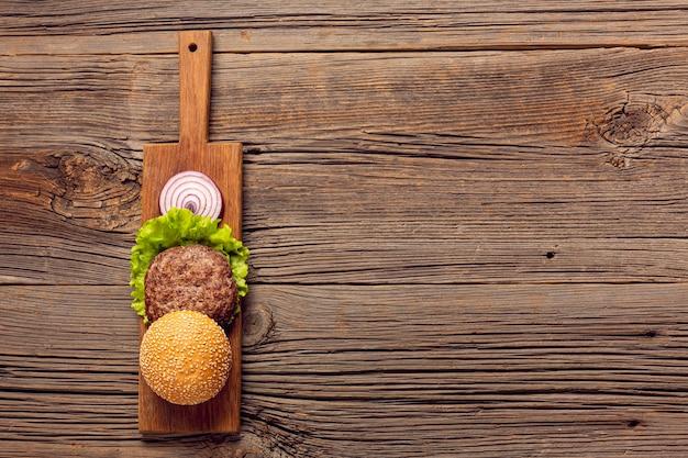 Плоские лежал бургер ингредиенты с копией пространства Бесплатные Фотографии