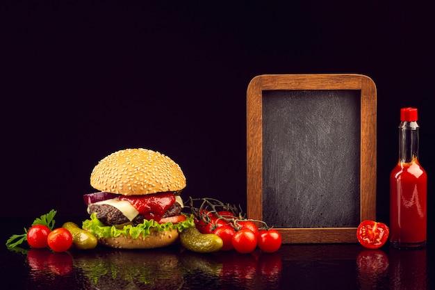 黒板と正面ハンバーガー 無料写真