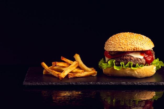 Бургер с картофелем фри Бесплатные Фотографии