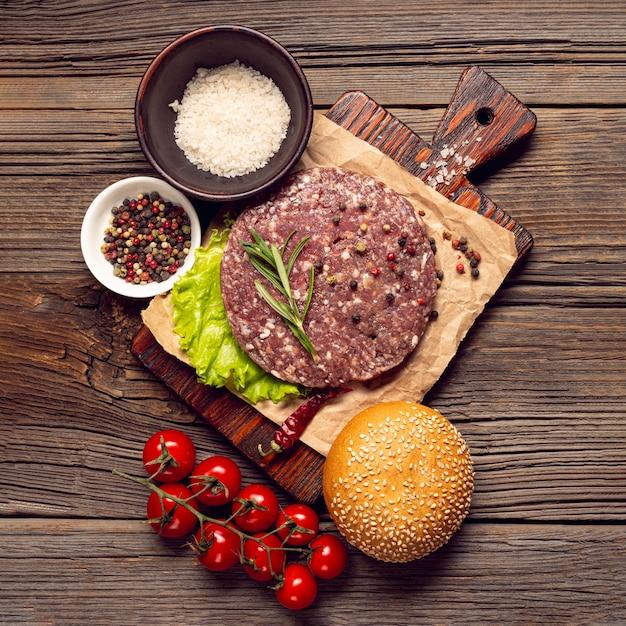 Вид сверху бургер ингредиенты на разделочную доску Бесплатные Фотографии