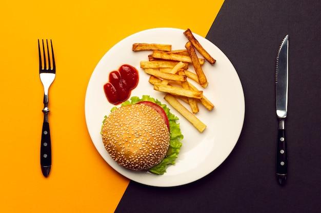 皿の上のフライドポテトとトップビューハンバーガー 無料写真