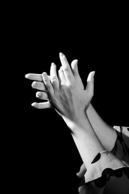 黒と白の手をたたく 無料写真