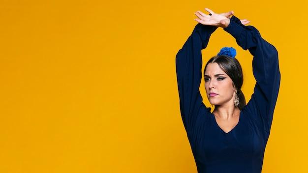 Уверен, женщина, поднимать руки с копией пространства Бесплатные Фотографии