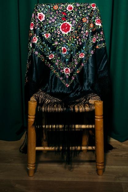 木製の椅子にマニアショール 無料写真