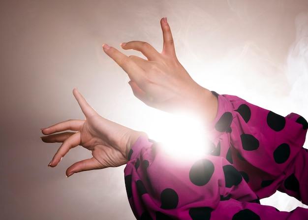 優雅に手を動かすフラメンカダンサー 無料写真