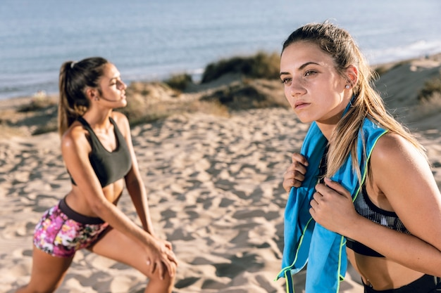 ジョギングの後ストレッチする女性 無料写真