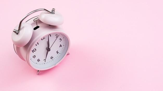 ピンクの背景とクローズアップ時計 無料写真