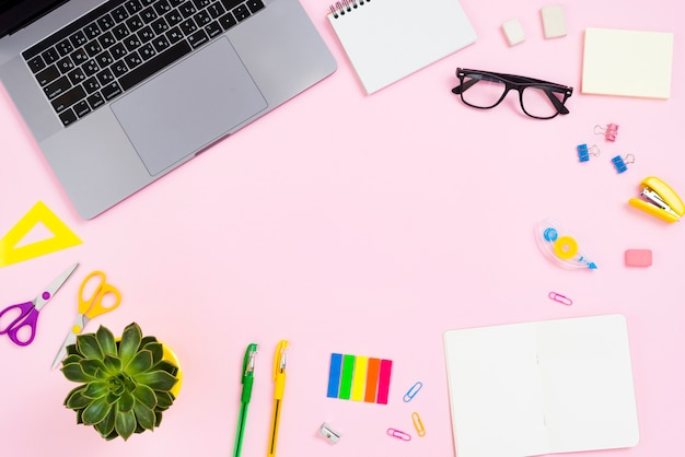 Концепция столешницы с розовым фоном Бесплатные Фотографии