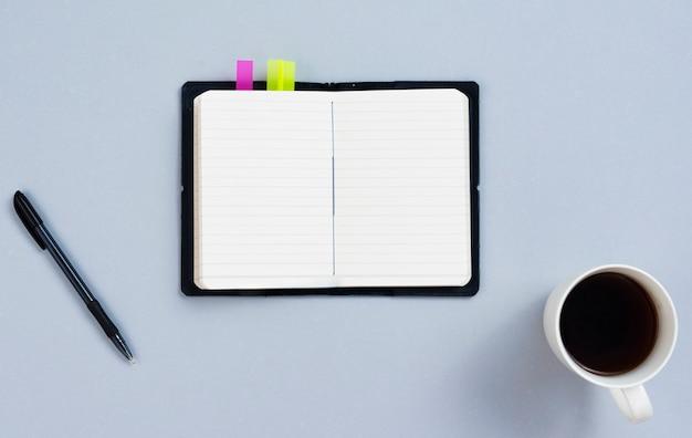 空白のメモ帳とトップビューデスクコンセプト 無料写真